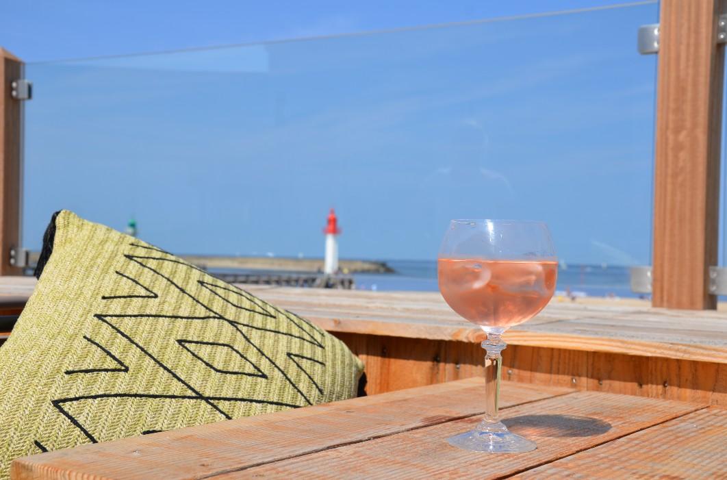 Verre de rosé en terasse vue sur la plage