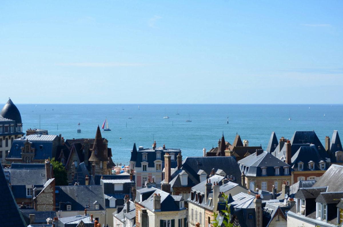 Vue sur les toits de Trouville et la mer - Quartier Bonsecours