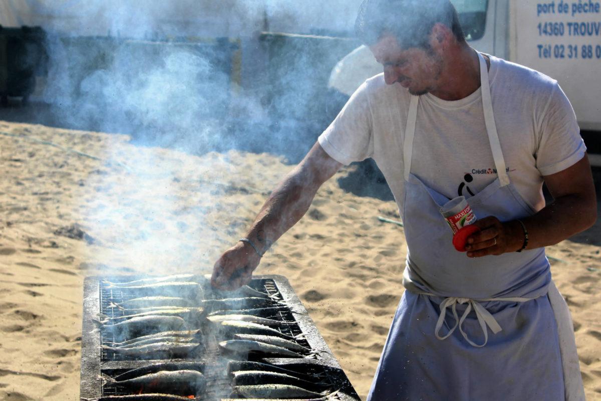Cuisine maquereaux grillés sur la plage