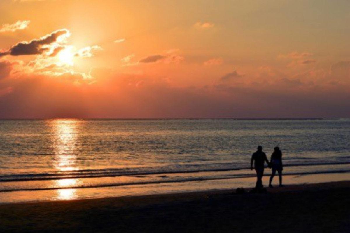 couple-plage-coucher-de-soleil