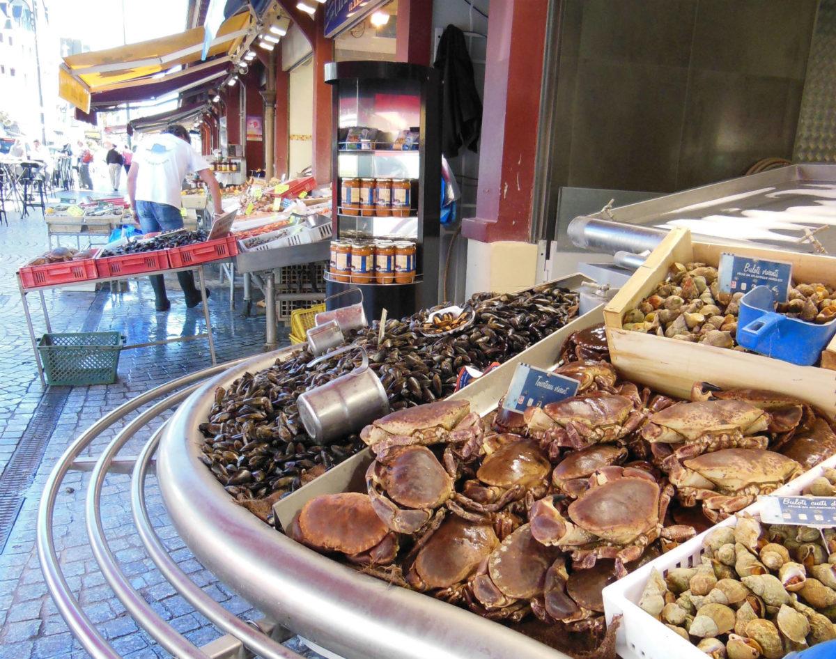 Fruits de mer sur les étals du marché aux poissons