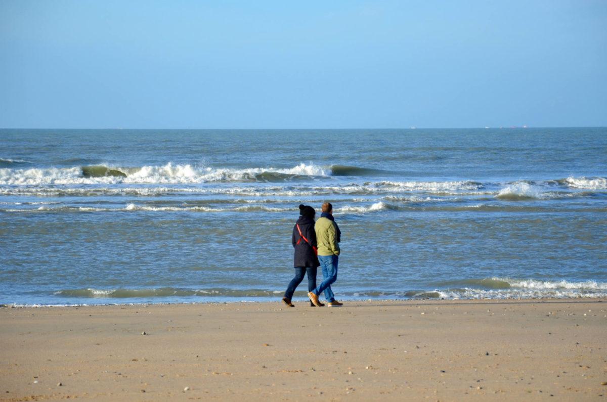 Amoureux se baladant sur la plage de Trouville-sur-mer