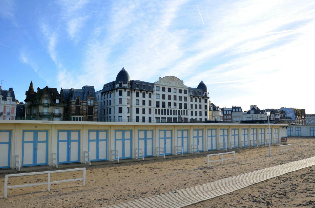Cabines et Trouville Palace sur la plage