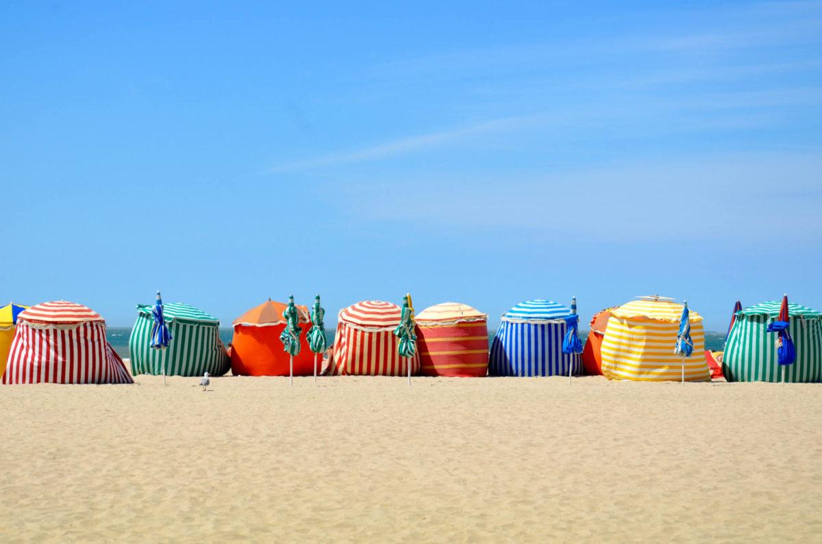 Parasols colorés sur la plage de Trouville-sur-Mer