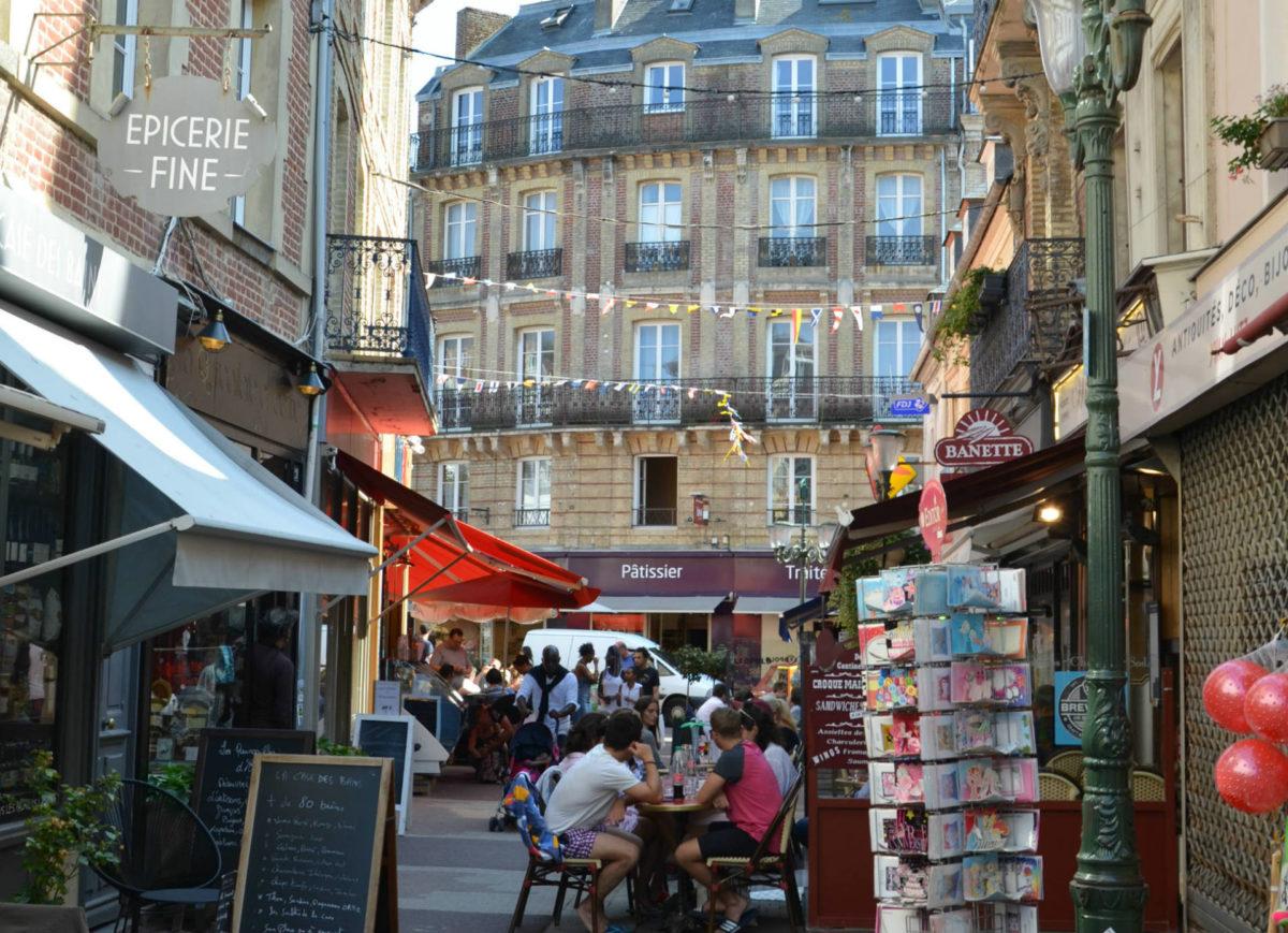 Authenticité des petits commerces et terrasses de la rue des bains Trouville
