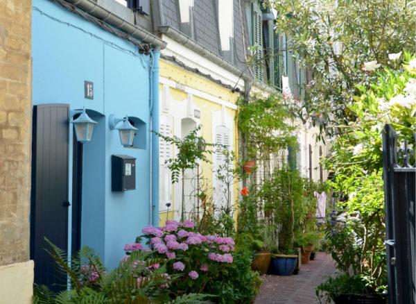Authenticité petite rue Trouville couleurs plantes et fleurs