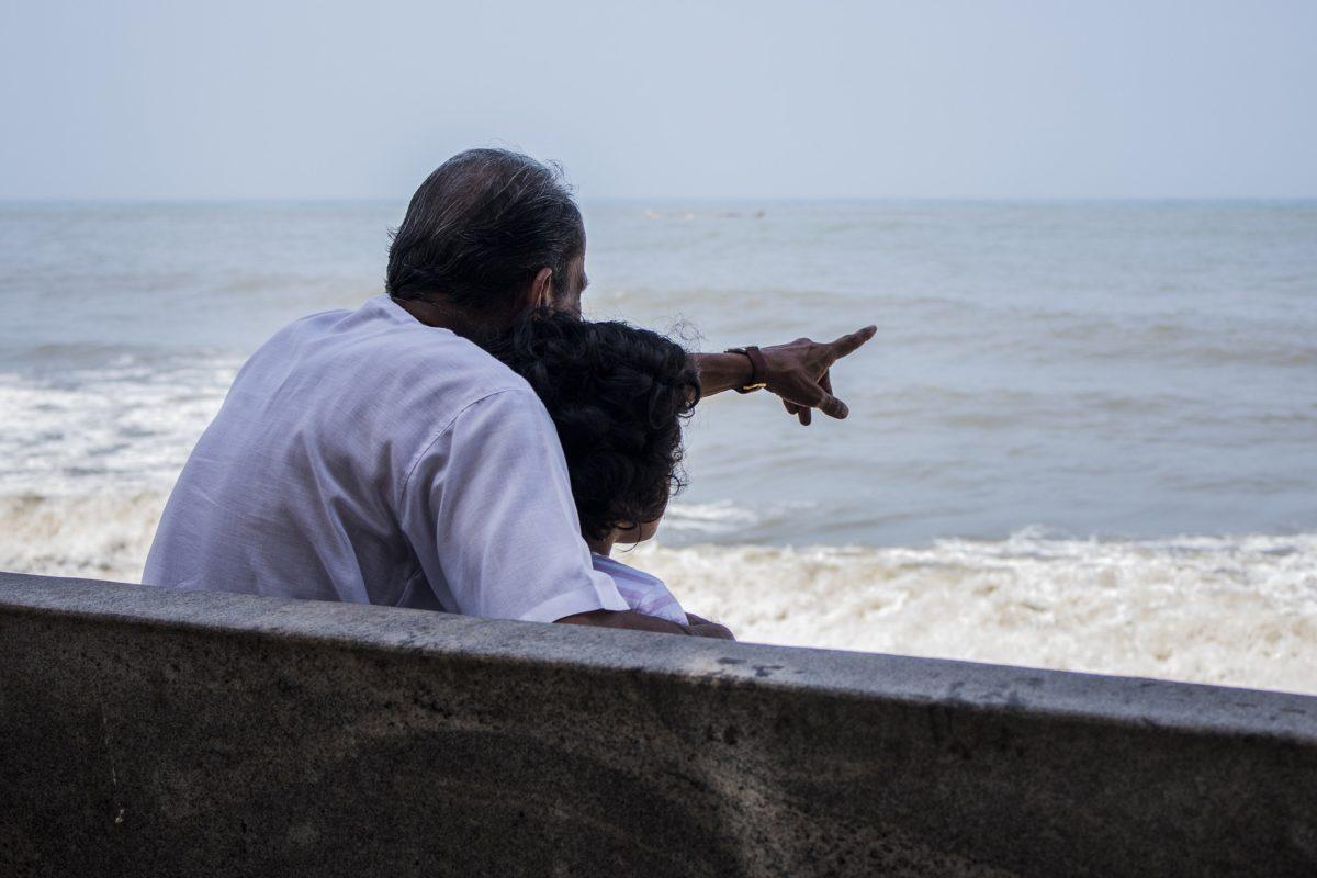 Grand-père montrant la mer à son petit-fils