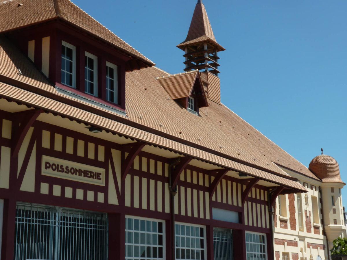 Architecture poissonnerie du port de pêche de Trouville - colombages et briques