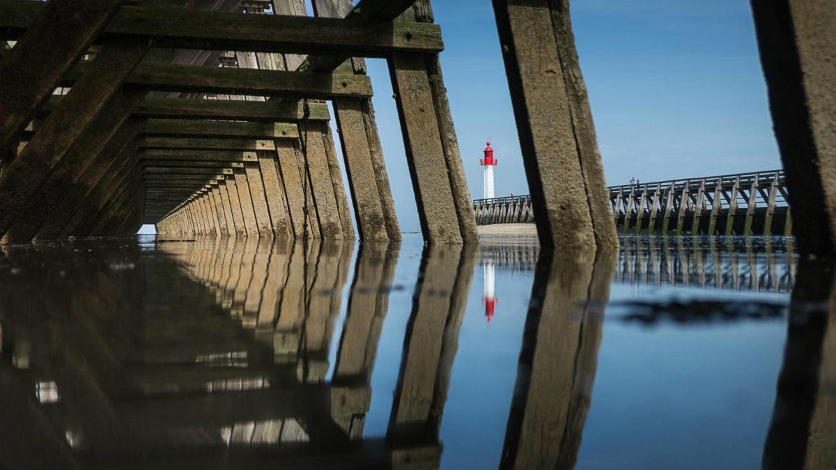 Vue du phare de Trouville sous la jetée