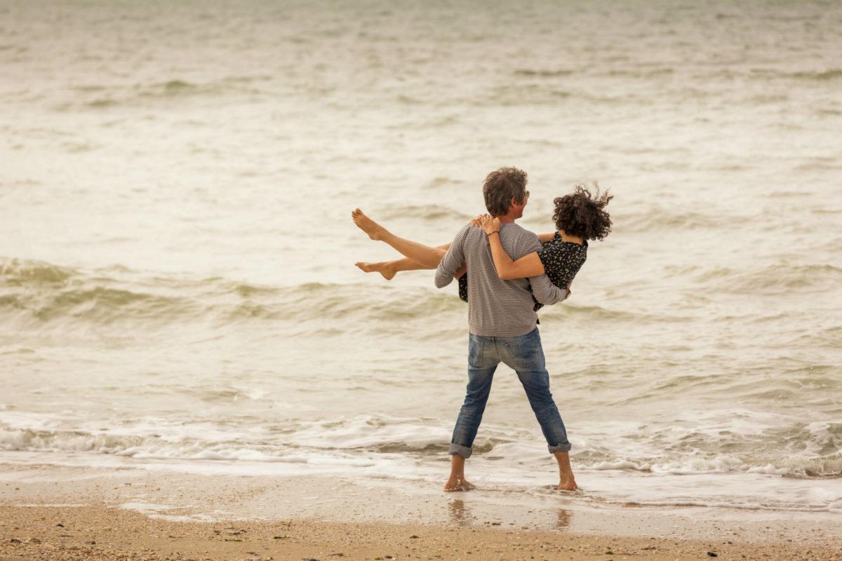 Amoureux sur la plage de Trouville-sur-Mer
