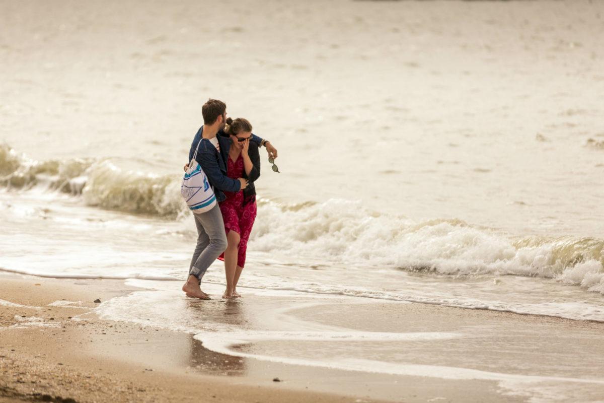 Couple se baladant sur la plage