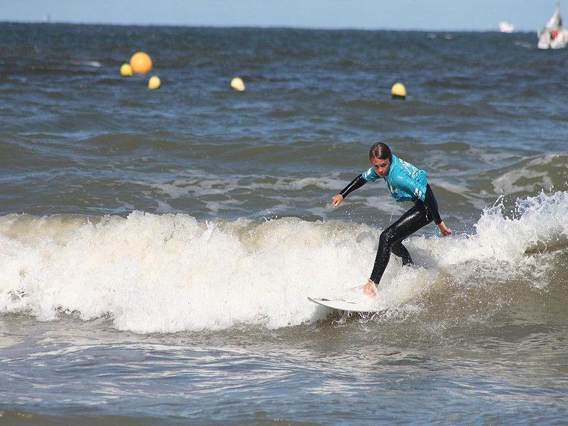Enfant surfant sur les vagues trouvillaises