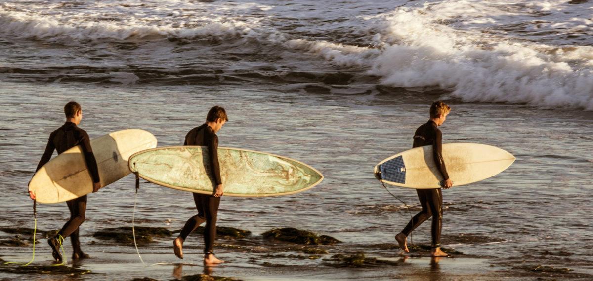 Surfers plage vagues