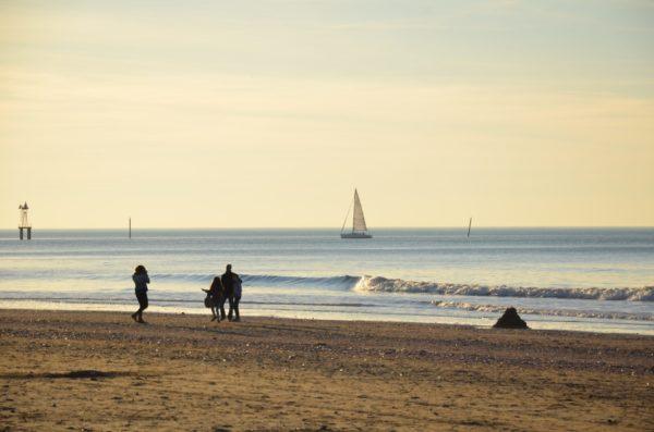 amille sur la plage de Trouville au coucher de soleil