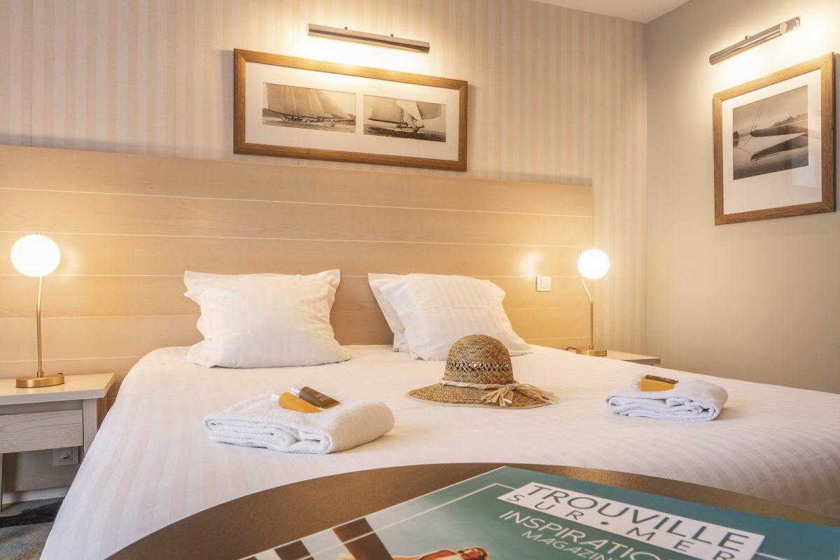 Chambre-Lit-Double-Beach-Hotel-Trouville-BABXIII-7484