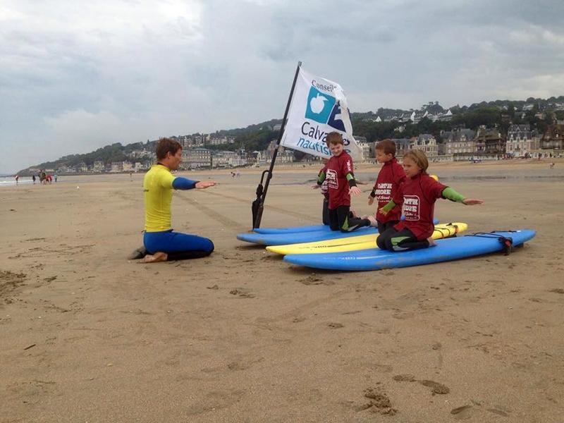 Des-enfants-en-cours-de-surf-avec-Stive