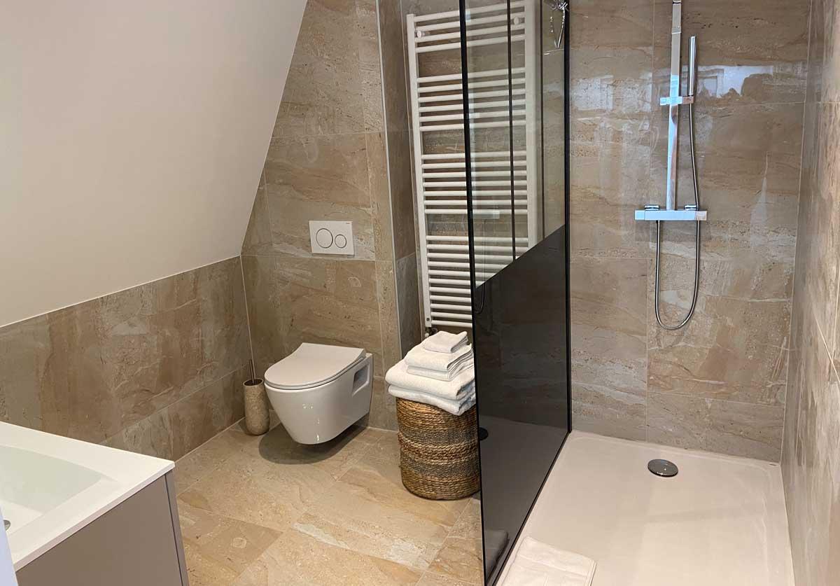 villa-deauville-douche-chambre-blanche